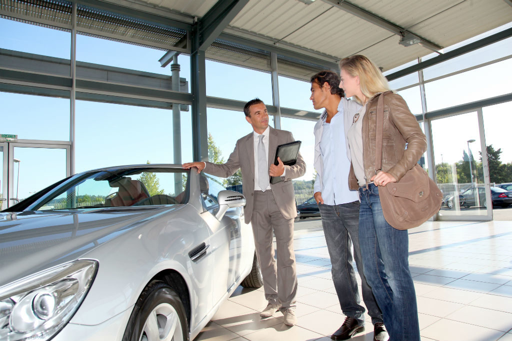 persona comprando auto a crédito